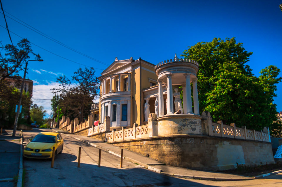 Феодоссия-город генуэзской крепости и заброшенных дач.